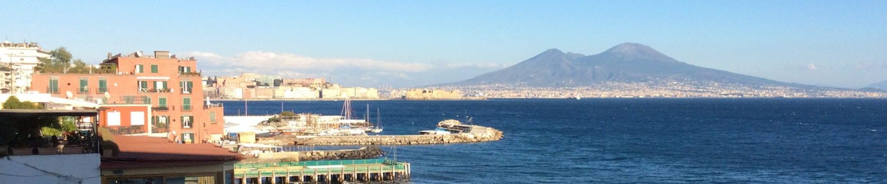 golfo di Napoli con via Caracciolo e il Vesuvio sullo sfondo