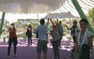 gruppo di colleghi che si cimenta in una gara di abilità in un parco divertimenti